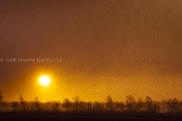 de wolkenlucht kleurt oanje vlak na zonsopkomst