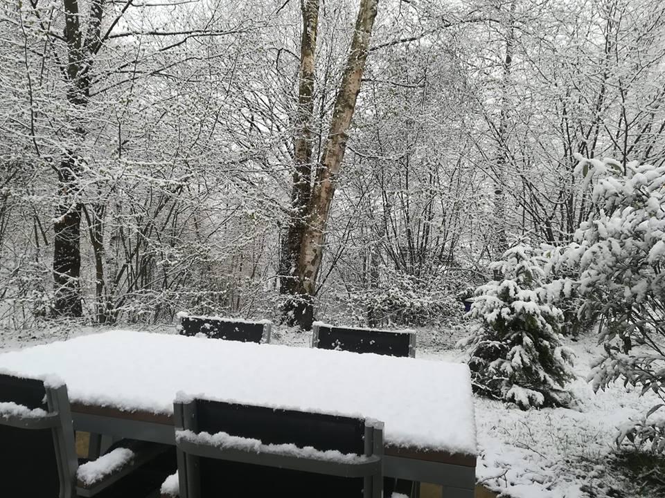 In Vielsalm (BE) kwam het afgelopen weekend tot sneeuw. In totaal kwam het op meerdere locaties in de Ardennen tot een laagje van enkele centimeters dik. Bron: Jill Debecker - Facebookpagina NoodweerBenelux