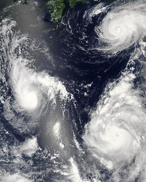 Tropische storm Bopha (links) en typhoons Maria (rechtsboven) en Saomai (rechtsonder) kenden op 7 augustus 2006 alle drie een andere ontwikkeling.