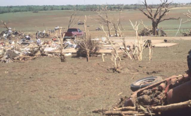 De ravage die een tornado aanrichtte in Oklahoma, VS, op 3 mei 1999.