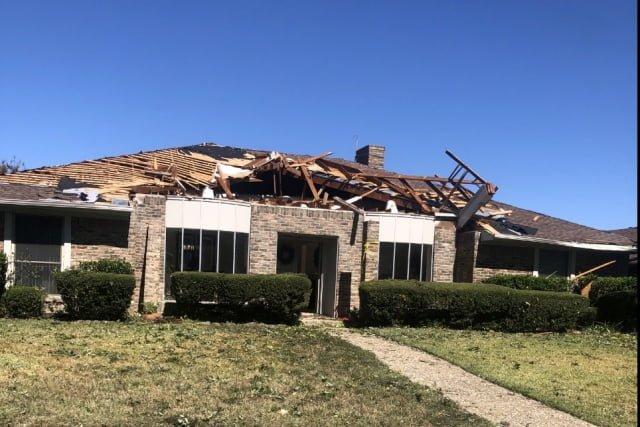 Een EF1 tornado veroorzaakte flinke schade aan het dak van een huis in Texas.