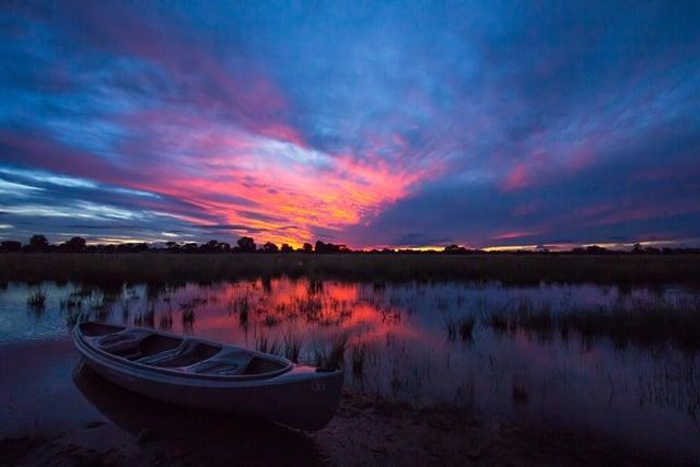 Zonsondergang boven de delta van de Okavango