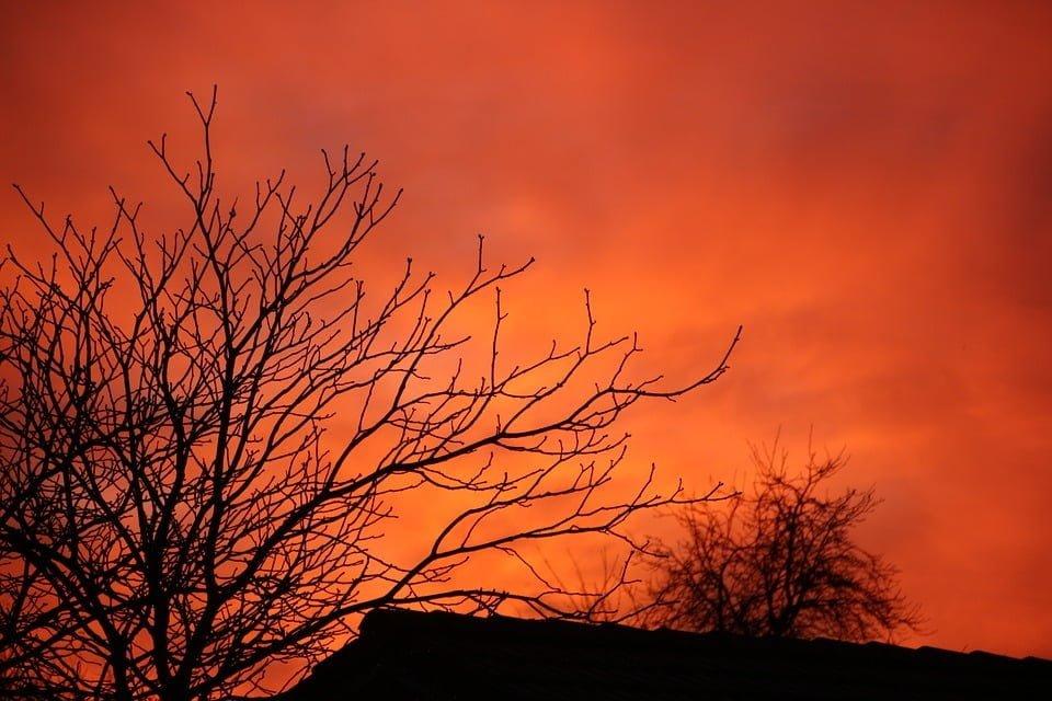 Rode luchten bij zonsopgang