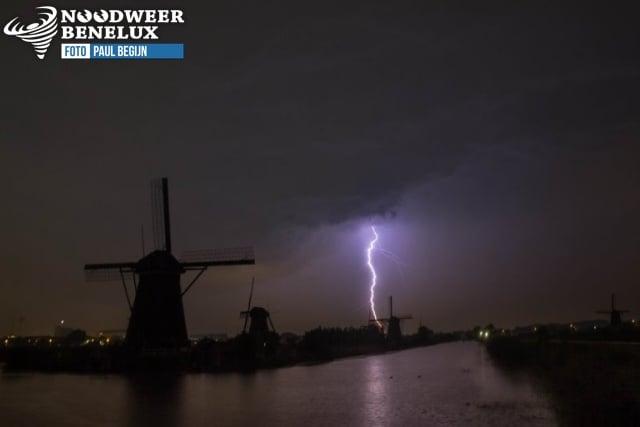 krachtige bliksemontlading nabij molen